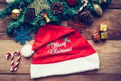 Decoraciones y sombrero de la Navidad fotos de archivo
