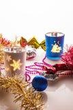 Decoraciones y velas de la Navidad en un fondo ligero Imagenes de archivo