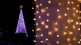 Decorado brilhantemente com a árvore de Natal das festões que decora o quadrado central da cidade video estoque
