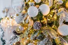 Decorado com a árvore de Natal bonita dos brinquedos, ano novo 2019 Fundo para o cartão foto de stock royalty free