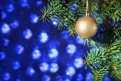 Decorado com a árvore de Natal colorida das bolas em um fundo obscuro, efervescente e fabuloso Foto de Stock