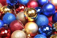 Decorado com bolas coloridas fundo obscuro, efervescente e fabuloso Fotografia de Stock