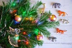 Decorado com brinquedos e luzes, um ramo do ne da árvore do ano novo imagens de stock