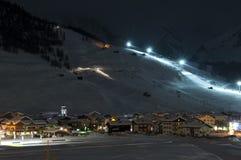 Decorado de la noche de la aldea del esquí Imagen de archivo