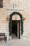 Decorado para a celebração do Natal, a entrada à igreja Católica grega no ilya do ` do MI em Israel Fotos de Stock