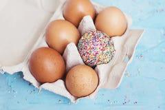 Decorado um ovo - tema da Páscoa Fotografia de Stock Royalty Free