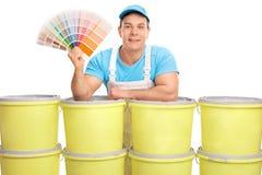 Decorador alegre que sostiene una muestra del color imágenes de archivo libres de regalías