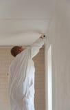 Decorador casero que pinta una pared imagen de archivo libre de regalías