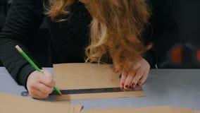 Decorador de la mujer profesional, diseñador que trabaja con el papel de Kraft metrajes