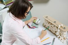 Decorador de sexo femenino, diseñador que trabaja con las muestras de telas y materiales del freelancer fotografía de archivo libre de regalías