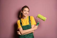 Decorador de sexo femenino joven con el rodillo de pintura imágenes de archivo libres de regalías