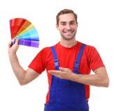 Decorador joven que sostiene las muestras para elegir color foto de archivo