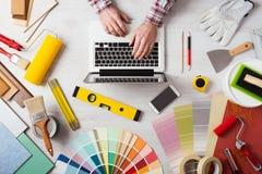 Decorador profesional que trabaja en el escritorio imagenes de archivo