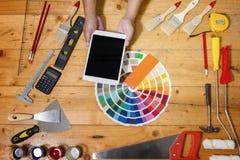 Decorador profesional que usa una tableta digital, herramientas del trabajo fotos de archivo