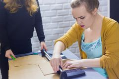 Decoradores de las mujeres profesionales que trabajan con el papel de Kraft imágenes de archivo libres de regalías