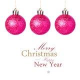 Decorações do Natal com suspensão vermelha brilhante das bolas   Isolado sobre Fotografia de Stock Royalty Free