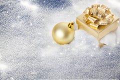 Decorações e caixa de presente do Natal na neve - abetos nevado no b Fotos de Stock