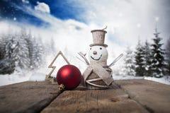 Decorações e caixa de presente do Natal na neve - abetos nevado no b Fotografia de Stock