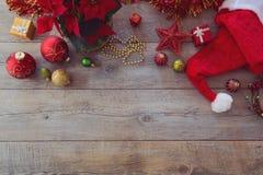 Decorações e ornamento do Natal no fundo de madeira Vista de cima com do espaço da cópia Fotografia de Stock Royalty Free