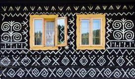 Decorações pintadas na parede da casa de log em Cicmany, Eslováquia Fotografia de Stock Royalty Free