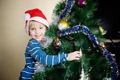 Decorando a árvore fotografia de stock royalty free