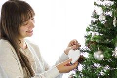 Decorando a árvore de Natal Foto de Stock