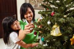 Decorando a árvore de Natal Foto de Stock Royalty Free