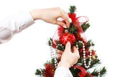 Decorando a árvore de Natal Imagem de Stock