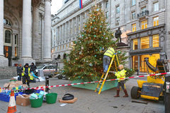 Decorando a árvore de Natal na cidade Fotos de Stock Royalty Free