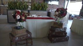 Decorando con le fonografi, valigie, fiori nello stile del secolo scorso stock footage