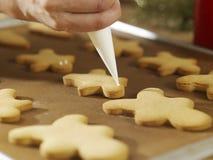Decorando cookies Imagem de Stock Royalty Free