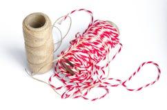 Decorando a corda para presentes no fundo branco Imagens de Stock Royalty Free