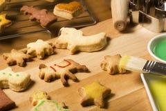 Decorando i biscotti di natale vicino in su Fotografia Stock