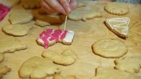 Decorando il Natale che immagazzina a mano i dolci con lo zucchero a velo video d archivio