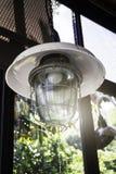 Decorando a lâmpada de suspensão do bulbo do vintage imagens de stock royalty free