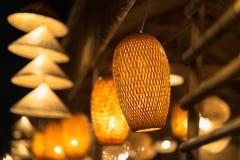 Decorando le lampade d'attaccatura della lanterna in vimine di legno fatto da bambù Fotografia Stock