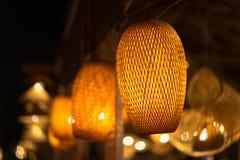 Decorando le lampade d'attaccatura della lanterna in vimine di legno fatto da bambù Immagine Stock Libera da Diritti