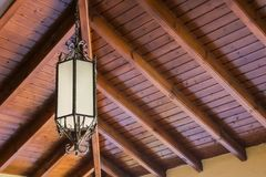 Decorando le lampade d'attaccatura della lanterna in vimine di legno fatto da bambù Lampade artificiali che appendono sul fascio  Fotografia Stock