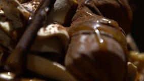 Decorando o chantiliy de Frappe da sobremesa com chocolate e os doces diferentes video estoque