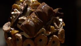 Decorando o chantiliy de Frappe da sobremesa com chocolate e os doces diferentes filme
