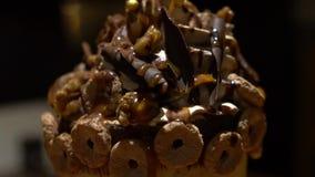 Decorando o chantiliy de Frappe da sobremesa com chocolate e os doces diferentes vídeos de arquivo