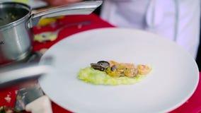 Decorando o prato na placa no restaurante vídeos de arquivo