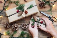 Decorando presentes de Natal Imagens de Stock