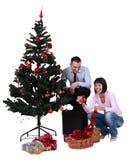 Decorando a árvore de Natal Fotos de Stock Royalty Free