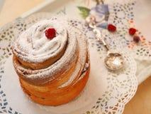 Decorando a sobremesa recentemente cozida com pó do açúcar e as bagas secadas Sobremesa de Cruffin Foco seletivo Imagens de Stock Royalty Free