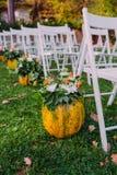 Decorando um casamento com abóbora e flores de outono Imagens de Stock