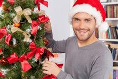 Decorando uma árvore de Natal. Imagens de Stock