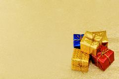 Decoração da caixa de presente da árvore de Natal no fundo dourado Imagens de Stock Royalty Free