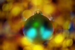 Decoração da árvore das bolas do ano novo com fundo do bokeh Imagens de Stock Royalty Free
