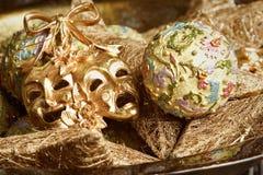 Decoração do ano novo com máscara dourada do carnaval Fotos de Stock Royalty Free